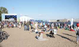 Mensen die op het overleg op het strand letten royalty-vrije stock foto