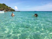 Mensen die op het overzees in het eiland van Phu zwemmen Quoc Stock Afbeeldingen