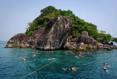 Mensen die op het overzees in Kep, Kambodja zwemmen Royalty-vrije Stock Foto