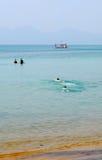Mensen die op het overzees in Quy Nhon, Vietnam zwemmen Stock Afbeelding