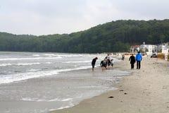 Mensen die op het strand lopen Stock Foto's