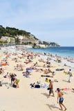 Mensen die op het strand in Nice, Frankrijk zonnebaden Royalty-vrije Stock Afbeeldingen