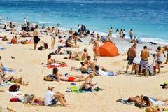 Mensen die op het strand in Nice, Frankrijk zonnebaden Stock Afbeelding