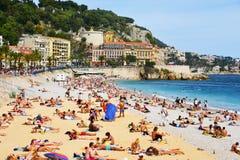 Mensen die op het strand in Nice, Frankrijk zonnebaden Royalty-vrije Stock Afbeelding