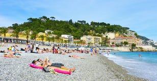 Mensen die op het strand in Nice, Frankrijk zonnebaden Stock Fotografie