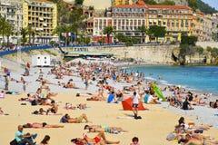 Mensen die op het strand in Nice, Frankrijk zonnebaden Royalty-vrije Stock Fotografie