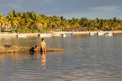 Mensen die op het strand ontspannen Royalty-vrije Stock Afbeeldingen