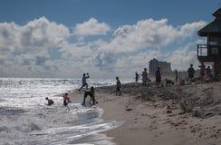 Mensen die op het strand op de Atlantische Oceaan spelen Stock Fotografie