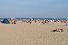 Mensen die op het strand rusten Stock Foto's