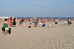 Mensen die op het strand rusten Stock Afbeeldingen