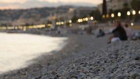 Mensen die op het strand rusten stock footage