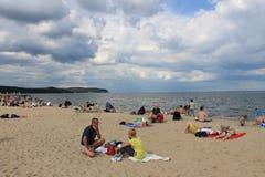Mensen die op het strand van Sopot, Polen zonnebaden royalty-vrije stock foto