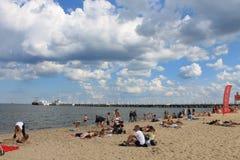 Mensen die op het strand van Sopot, Polen zonnebaden royalty-vrije stock afbeeldingen