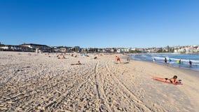 Mensen die op het strand zonnebaden Stock Afbeelding