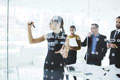 Mensen die op het werk over hun werk over vergadering in conferentieruimte rapporteren Stock Fotografie