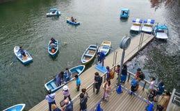 Mensen die op houten boot wachten stock foto's