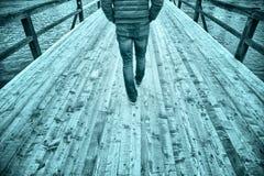 Mensen die op houten brug lopen Royalty-vrije Stock Afbeeldingen
