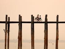Mensen die op houten brug in Mandalay, Myanmar biking Stock Fotografie
