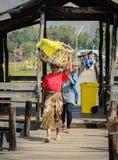 Mensen die op houten brug in Myanmar lopen Stock Foto's