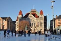 Mensen die op ijsbaan dichtbij Nationale teatr schaatsen Stock Foto's