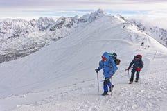 Mensen die op Kasprowy Wierch van Zakopane op Tatras in wint beklimmen Stock Afbeeldingen
