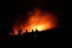 Mensen die op Lava letten Stock Foto