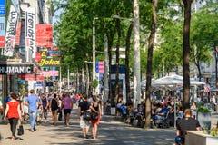 Mensen die op Mariahilferstrasse-het Winkelen Straat van Wenen winkelen stock foto's