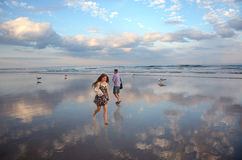 Mensen die op mooi strand lopen Stock Afbeeldingen