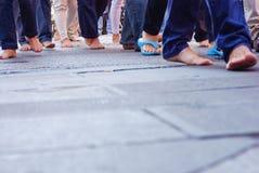 Mensen die op naakte voet gaan Stock Afbeelding