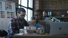 Mensen die op nieuw huisproject samenwerken stock videobeelden