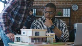 Mensen die op nieuw huisproject samenwerken stock footage