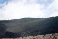 Mensen die op Onderstel Etna, actieve vulkaan op de oostkust van Sicili?, Itali? lopen royalty-vrije stock afbeelding