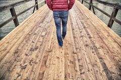 Mensen die op oude houten lopen Stock Afbeeldingen