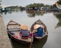 Mensen die op passagiers op Hoai-rivier in Hoi An, Vietnam wachten Royalty-vrije Stock Afbeeldingen
