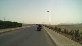 Mensen die op quadromotorfietsen drijven in Egypte stock footage