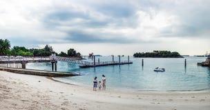 Mensen die op Siloso-Strand, Singapore ontspannen stock fotografie