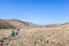 Mensen die op slepen van Serra da Canastra National Park lopen royalty-vrije stock foto