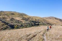 Mensen die op slepen van Serra da Canastra National Park lopen stock foto's
