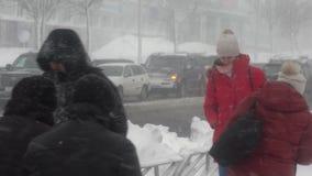 Mensen die op stad tijdens zware blizzard, Vreedzame sneeuwcycloon lopen stock videobeelden