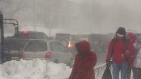 Mensen die op stad tijdens zware sneeuwstorm lopen, Vreedzame sneeuwcycloon stock videobeelden