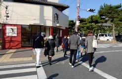 Mensen die op straat in Kyoto, Japan lopen royalty-vrije stock foto's