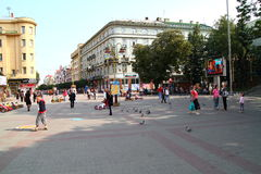 Mensen die op straat lopen Stock Foto