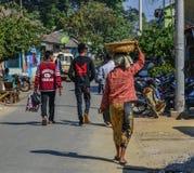 Mensen die op straat in Mandalay, Myanmar lopen stock fotografie