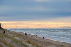 Mensen die op strand in de winteravond in Palanga lopen Royalty-vrije Stock Afbeeldingen