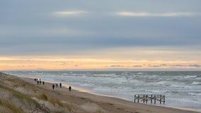 Mensen die op strand in de winteravond in Palanga lopen Royalty-vrije Stock Afbeelding