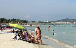 Mensen die op strand in Majorca ontspannen Stock Fotografie