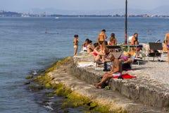 Mensen die op strand op 30 Juli 2016 in Desenzano del Garda, Italië zonnebaden Royalty-vrije Stock Foto's