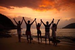 Mensen die op strand partying Stock Afbeelding