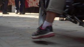 Mensen die op straten van Katmandu lopen stock footage