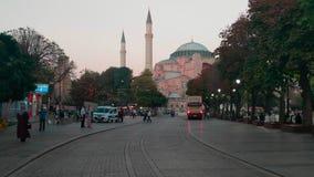 Mensen die op Sultanahmet-Vierkant bij de weg lopen die tot Hagia Sophia Museum leiden stock video